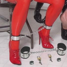 Menotte de chevilles pour femme en acier
